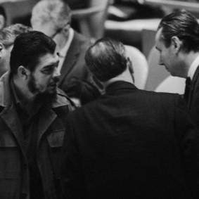 Ο Τσε Γκεβάρα συνομιλεί στην αίθουσα της ολομέλειας του ΟΗΕ με τους πρέσβεις της ΕΣΣΔ και της Κούβας. Φωτο: Bettmann/Corbis.