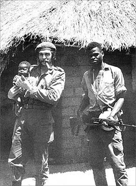 Ο Τσε κρατάει στην αγκαλιά του ένα μικρό αφρικανάκι, Κονγκό, 1965 (ή 1966).
