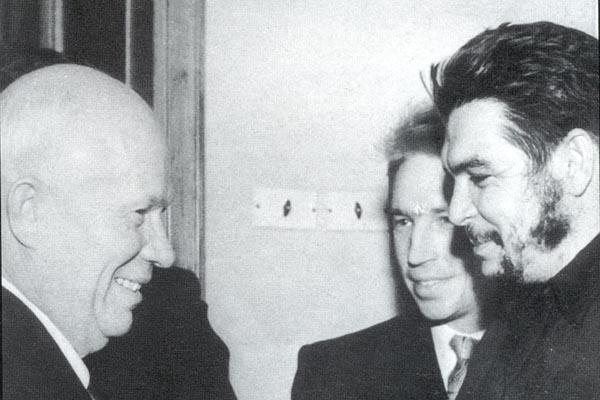 Ο Ν.Λεόνωφ, δίπλα στον Τσε, κατά την συνάντηση του δεύτερου με τον Νικίτα Χρουστσώφ.