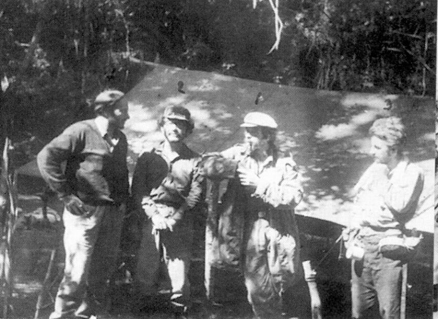 ΒΟΛΙΒΙΑ, 1967. Ο ΡΕΖΙ ΝΤΕΜΠΡΕ (αριστερά) ΜΕ ΤΟ ΓΚΕΒΑΡΑ ΚΑΙ ΑΛΛΟΥΣ ΑΝΤΑΡΤΕΣ.