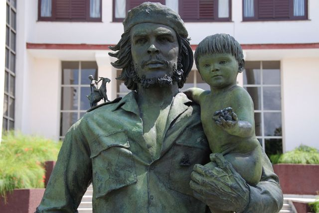 32 Cuba - Santa Clara - Bronze Statue of Che Guevarra and the Child
